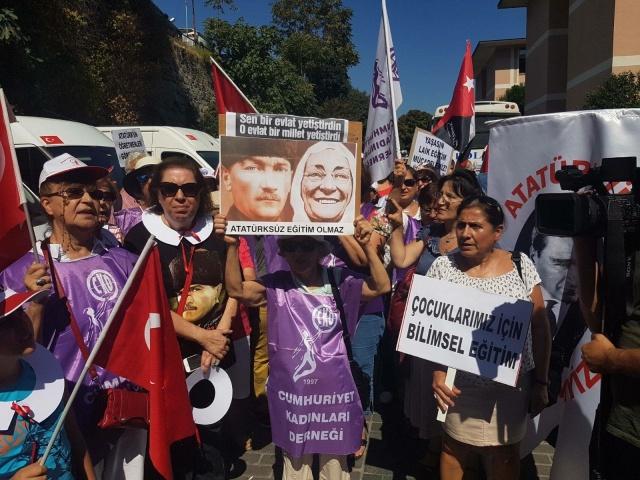 """İl Milli Eğtim Müdürlüğü önünde """"Atatürksüz eğitim istemiyoruz"""" eylemi"""