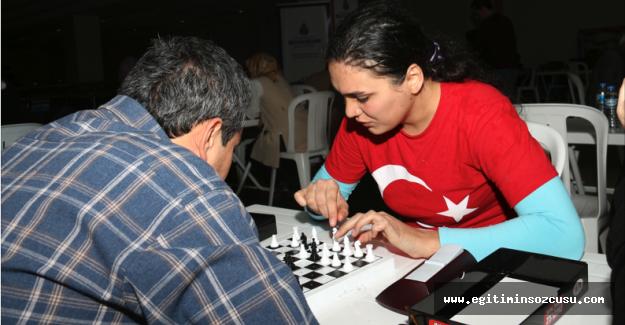 Görme engelliler satranç turnuvasında yarışıyor