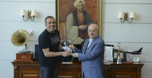 Haluk Levent'ten öğrencilire burs için konser