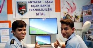 Liseli girişimciler uçak simülatörü ve yazılımı üretti